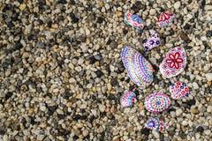 Fond de Motley avec des cailloux de mer et des pierres peintes à la main et s Photo libre de droits