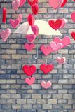 Fond de mur de briques avec le symbole de coeur du vintage d'amour coloré Photo libre de droits