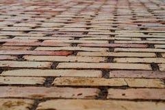 Fond de mur de briques d'argile avec les nuances variables de l'orange photos stock