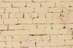 Fond de mur de briques peint en jaune, texture de vieille brique image libre de droits