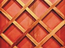 Fond de mur décoré des barres en bois Images stock