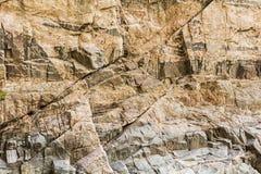 Fond de mur de falaise souillé par minerai de roche de granit Photographie stock libre de droits