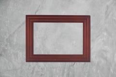 Fond de mur en béton avec le cadre de tableau en bois pour la décoration Photographie stock libre de droits