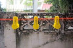 Fond de natrure de crochet jaune de pinces à linge beau photo stock