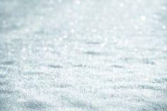 Fond de neige avec des flocons de neige un jour ensoleillé Image stock