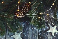 Fond de Noël Arbre de Noël, cônes de pin et neige au-dessus de W Photographie stock libre de droits