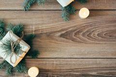 Fond de Noël arbre de sapin décoré, cadeaux, bougies, Bokeh de fête Scintillement d'or, neige tombant, flocons de neige Photos libres de droits