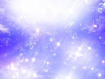 Fond de Noël Arbre de Noël et guirlandes rougeoyantes Couleurs violet-clair et blanches photo photographie stock