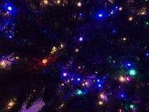 Fond de Noël Arbre de Noël et guirlandes rougeoyantes plan rapproché photo image stock