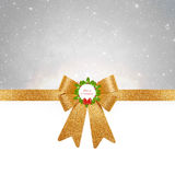 Fond de Noël - arc d'or sur le fond argenté photographie stock