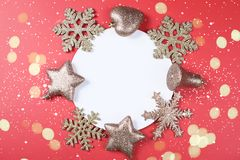 Fond de Noël avec des accessoires de scintillement photographie stock libre de droits