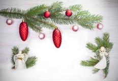 Fond de Noël avec des anges et boules en verre sur le sapin image stock
