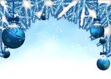 Fond de Noël avec des babioles et des branches coniféres Photos libres de droits