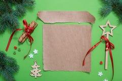 Fond de Noël avec des biscuits de pain d'épice et des feuilles de métier de papier Copiez l'espace images stock