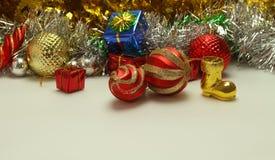 Fond de Noël avec des boules et des décorations d'isolement sur le petit morceau Photo stock