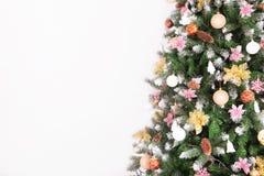 Fond de Noël avec des boules et des décorations d'isolement sur le petit morceau Image stock