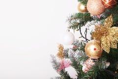 Fond de Noël avec des boules et des décorations d'isolement sur le petit morceau Images stock
