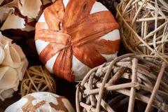 Fond de Noël avec des boules de Noël faites de matériaux naturels images libres de droits
