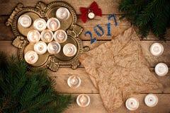 Fond de Noël avec des branches de sapin et des bougies de parchemin elle Photographie stock
