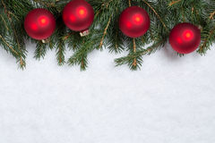 Fond de Noël avec des branches, des boules et la neige de sapin Image libre de droits