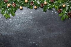 Fond de Noël avec des branches et des décorations de sapin images stock