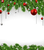 Fond de Noël avec des branches et des boules de sapin. Image libre de droits