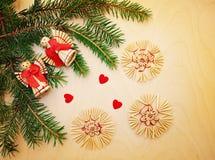 Fond de Noël avec des branches et des jouets de sapin Photographie stock libre de droits