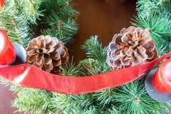 Fond de Noël avec des cônes de pin et branches avec le ruban Image stock