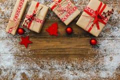 Fond de Noël avec des décorations et des boîte-cadeau photographie stock