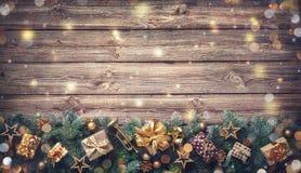 Fond de Noël avec des décorations et des boîte-cadeau photographie stock libre de droits