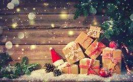 Fond de Noël avec des décorations et des boîte-cadeau photos stock