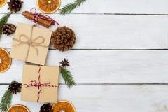 Fond de Noël avec des décorations et des boîte-cadeau sur b en bois photo stock
