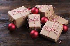 Fond de Noël avec des décorations et des boîte-cadeau sur le conseil en bois Image libre de droits