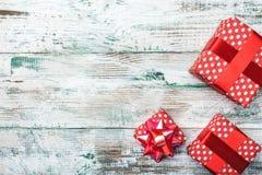Fond de Noël avec des décorations et des boîte-cadeau sur le conseil en bois Photographie stock libre de droits