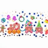 Fond de Noël avec des décorations Santa, train de Noël avec l'arbre et les bonbons, le bonhomme de neige, le renne et les cadeaux images stock