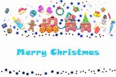 Fond de Noël avec des décorations Santa, train de Noël avec l'arbre et les bonbons, le bonhomme de neige, le renne et les cadeaux photo stock