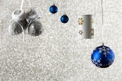Fond de Noël avec des décorations sur un fond brillant Photographie stock libre de droits
