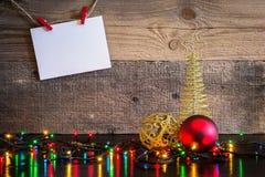 Fond de Noël avec l'arbre de décorations et lumières sur le te en bois Photos stock