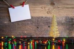 Fond de Noël avec l'arbre de décorations et lumières sur le te en bois Images stock