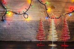 Fond de Noël avec l'arbre de décorations et lumières sur le te en bois Photographie stock
