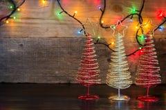 Fond de Noël avec l'arbre de décorations et lumières sur le te en bois Photo stock