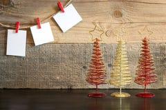 Fond de Noël avec l'arbre de décorations sur le fond en bois Photo stock