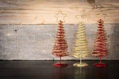 Fond de Noël avec l'arbre de décorations sur le fond en bois Images stock