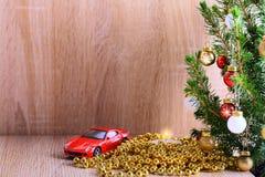 fond de Noël avec l'arbre, la bougie et la voiture décorés comme cadeau Photographie stock