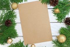 Fond de Noël avec l'arbre de Noël, ornements d'or et sur le Th Photos stock