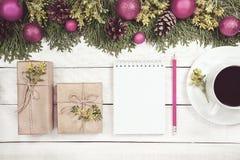 Fond de Noël avec l'arbre de Noël, ornements rouges et sur W Photos stock