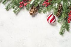 Fond de Noël avec l'arbre de sapin, les boules rouges et les décorations dessus image stock