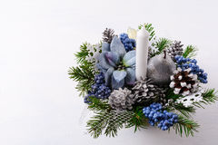 Fond de Noël avec la bougie et les poinsettias en soie bleues Photo libre de droits