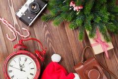 Fond de Noël avec la branche d'appareil-photo, de réveil et d'arbre Images stock