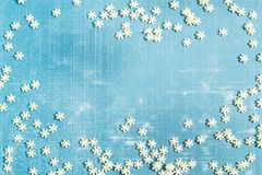 Fond de Noël avec la décoration de sucre sous la forme de flocons de neige Photos stock